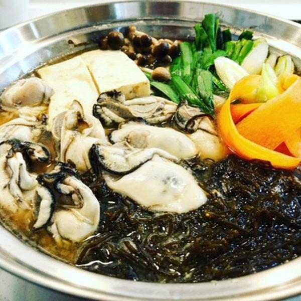 牡蠣とモズクと島豆腐のみそ鍋